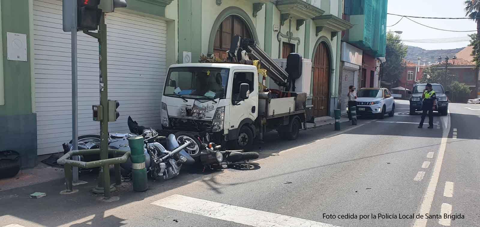 Se duerme al volante y colisiona contra una vivienda y dos motos en Santa Brígida